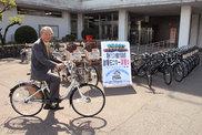 納車した4機種15台の電動アシスト自転車PASと石川道政市長。美濃市役所前にて