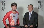車いすアスリートの副島正純選手(写真左)とヤマハ発動機株式会社 柳弘之代表取締役社長(写真右)
