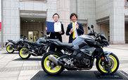 受賞製品と株式会社 GK Dynamics 片平 憲男(左)/ 当社デザイン本部 安田 将啓(右)