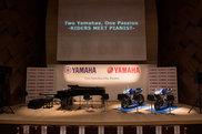 ステージ上に設置されたピアノとバイク